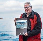 Res Lerch mit dem Rorschacher Jahreskalender 2018. (Bild: Jil Lohse)