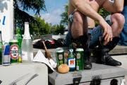T wie Trinken: Unerlässliche Tätigkeit. Kann einem Hitzeschlag vorbeugen oder ihn befördern, abhängig davon, was genau getrunken wird. Schutz und Rettung Zürich und die Organisatoren der Parade empfehlen, genug Wasser zu trinken – insbesondere, wenn es heiss ist. (Bild: Keystone)