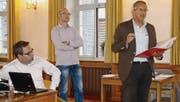 Im Bürgersaal des Bischofszeller Rathauses hören Stadtpräsident Thomas Weingart und Bauverwalter Sacha Derron den Ausführungen von Berater Andreas Niklaus zu. (Bild: Erwin Schönenberger)
