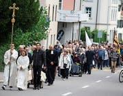 Viele Menschen folgen dem Kreuz. (Bild: Markus Bösch)