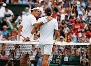 Alexander Dolgopolow (rechts) musste gegen Roger Federer verletzt aufgeben. (Bild: Nic Bothma/EPA)