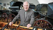Robert Sallmann in seiner Kutschensammlung, die ihm so wichtig war und für die er 2012 den Anerkennungspreis der Stadt Amriswil erhielt. (Bild: Reto Martin)