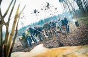 Hände an die Schaufeln: der Spatenstich für das neue Gebäude der Waldpfleger. (Bild: Andrea Stalder)