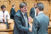 Hansjörg Brunner begrüsst Hugues Hiltpold (FDP, GE). (Bild: ALESSANDRO DELLA VALLE (KEYSTONE))