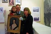«Die demokratische Mona Lisa»: Tobias Engelsing zwischen Martina Kroth (Naturmuseum, l.) und Barbara Stark. (Bild: Dieter Langhart)