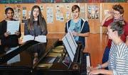 Shomija, Seyma, Martin, Jannik und Shannon am Klavier proben für ihren grossen Auftritt am Open Air. (Bild: pd)