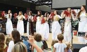 Vielbeachteter Auftritt dieser albanischen Volkstanzgruppe auf der Bühne in der Gass. (Bild: Hansruedi Rohrer)