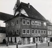 Die «Krone» gehörte einst zu den renommierten Gasthäusern Wils. Das Haus mit dem markanten Dachstuhl wurde 1963 umgebaut. (Bild: Stadtarchiv/Tschopp)