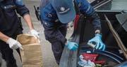 Grenzwächter finden im Kofferraum des angehaltenen Fahrzeugs mehrere Einbruchwerkzeuge. (Bilder: Samuel Schalch)