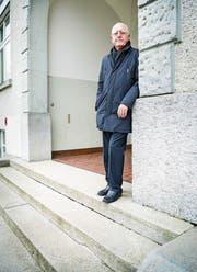 René Künzli vor dem Schulhaus in Islikon. Die Treppe vor dem Haupteingang hat zwar kein Geländer, es gibt aber einen niveaufreien Zugang auf der Seite. (Bild: Andrea Stalder)