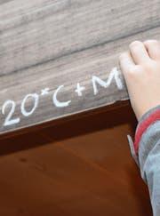 Einer der Könige schreibt Buchstaben, Zahlen und Kreuze an die Türe. (Bild: Lukas Pfiffner)