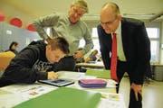 Tamara Pixner zeigt Martin Baumgartner (r.) von der UBS, was sie gelernt hat – im Hintergrund Bildungsstättenleiter Bruno Würth. (Bild: Michael Hug)