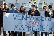 Journalistinnen und Journalisten der SDA demonstrieren vor dem Tamedia-Hauptsitz. (Bild: Walter Bieri/Keystone (Zürich, 31. Januar 2018))