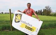 Gemeinderat und OK-Präsident Urs Rohner mit dem Plakat zur 1200-Jahr-Feier. (Bild: Rita Kohn)