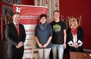 Den Preisträgern Silvia Preisig und Kevin Schrag gratulieren Präsidentin Claudia Frischknecht und Stefan Herzig. (Bild: Karin Steffen)