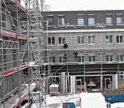 Trotz kalter Temperaturen gehen die Bauarbeiten beim Rosenaupark weiter. Die Fertigstellung ist per Ende Juni geplant. (Bild: Simon Roth)