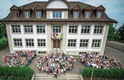 In der Woche vor dem grossen Fest posierten die Schüler für ein Jubiläumsbild. (Bild: PD/Schule Kreuzlingen)