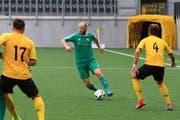 Raphael Rohrer (am Ball) zieht die Fäden beim FC Buchs ab nächster Saison nicht mehr auf dem Spielfeld, sondern von der Seitenlinie aus. (Bild: Robert Kucera)