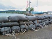 Etwa 80 Sandsäcke haben die Bauamtsmitarbeiter an der Uferpromenade aufgeschichtet. (Bild: Gudrun Enders)