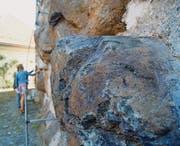 Ein Brocken Kissenlava am Schlossturm. Im Hintergrund begutachten Mineralogin Christine Bläuer und Museumsdirektorin Gabriele Keck andere Findlinge. (Bild: Mathias Frei)