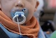Mit 18 Monaten sollte ein Kind grösstenteils vom «Nuggi» abgewöhnt sein. (Bild: Trix Niederau)
