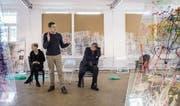 Ausstatterin Elena Bulochnikova, Regisseur Oliver Vorwerk und Autor Gerd Zahner erklären die Spielstätte des Stücks. (Bild: Reto Martin)