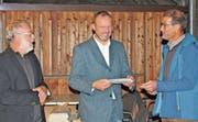 Erwin Rebmann überreichte an Beat Hirs und Alex Buob (von rechts) das Label «Herkunftszeichen Schweizer Holz». (Bild: mg)