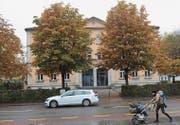 Beim Landhaus grenzt die Hauptstrasse direkt ans Schulgelände. Elterntaxis sorgen hier regelmässig für gefährliche Situationen. (Bild: PAG)