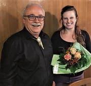 Kurt Iseli heisst Julia Helfenberger als neues Vorstandsmitglied der Amriswiler Fachgeschäfte mit Blumen willkommen. (Bild: PD)