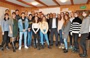 Beni Thurnheer inmitten der Teilnehmenden des Europäischen Jugendforums Trogen. (Bild: Simon Roth)