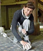 Sonja Lippuner arbeitet an einem ihrer Werke. (Bild: Mario Testa)