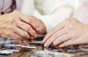 Fast die Hälfte der im Schweizer Sozialwesen Beschäftigten arbeiten in Alters- und Pflegeheimen. (Bild: Robert Kneschke)