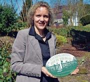 Geschäftsführerin Monika Grünenfelder mit dem Logo für die neue Thurgauer Bauerngartenroute. (Bild: Thomas Güntert)