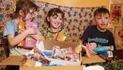 Weihnachtliche Bescherung in der Ukraine: Kinder teilen den Inhalt eines Päcklis aus der Schweiz unter sich auf. (Bild: Aline Lorenz)