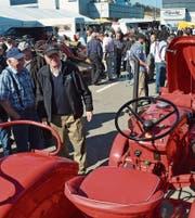 Bestaunt: Der rote Porsche-Traktor von 1963 mit 22 PS. Willi Lehmann (schwarze Jacke) pflegt ihn mit Leidenschaft. (Bild: Christoph Heer)