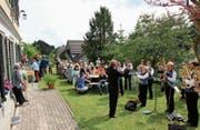 Am Apéro beim Pfarrhaus serviert die Kirchgemeinde Reute-Oberegg Reformationsbrot, -wurst, -käse und -bier. (Bild: Karin Steffen)