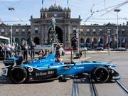 Sébastien Buemi fährt mit seinem Formel-E-Boliden vor dem Hauptbahnhof vor (Bild: KEYSTONE/ENNIO LEANZA)