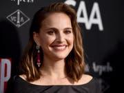 Wegen aktueller Ereignisse in Israel will die US-israelische Schauspielerin Natalie Portman dort nicht den hochdotierten Genesis-Preis entgegennehmen. (Bild: KEYSTONE/AP Invision/JORDAN STRAUSS)