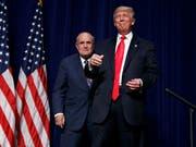 New Yorks Ex-Bürgermeister und Trump-Fan, Rudy Giuliani (links) schliesst sich dem Anwaltsteam von US-Präsident Donald Trump (rechts) an. (Bild: KEYSTONE/AP/EVAN VUCCI)