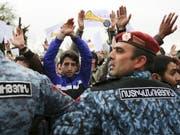 Polizei stellt sich in Armeniens Hauptstadt Eriwan vor Demonstrierende (Bild: KEYSTONE/AP PAN Photo/ARAM KIRAKOSYAN)