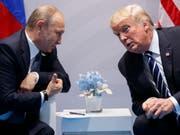 Der russische Präsident Wladimir Putin (links) soll bei US-Präsident Donald Trump mit der Schönheit russischer Frauen geworben haben. (Bild: KEYSTONE/AP/EVAN VUCCI)