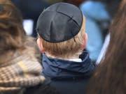 Nachdem der Antisemitismus in Deutschland durch die Erinnerung an Holocaust und Nazi-Vergangenheit einigermassen unter Kontrolle schien, flammt er mit muslimischen Immigranten nun wieder auf (Symbolbild mit jüdischer Kippa). (Bild: KEYSTONE/EPA/FOCKE STRANGMANN)