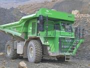 Der weltgrösste Elektrolaster fährt in einem Steinbruch bei Biel. (Bild: Empa/zvg)