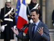 Bild aus besseren Zeiten: Syriens Präsident Baschar al-Assad auf Besuch in Paris im Jahr 2010 - nun wirft er Frankreich eine hohe Auszeichnung vor die Füsse. (Bild: KEYSTONE/AP/REMY DE LA MAUVINIERE)