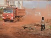 Unternehmen sollen auch für Menschenrechtsverletzungen und Umweltschäden im Ausland geradestehen. Die Rechtskommission des Nationalrats nimmt die Anliegen der Konzernverantwortungsinitiative teilweise auf. (Bild: KEYSTONE/AP)