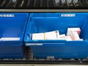 Fälschung oder nicht? Künftig soll eine europaweite Datenbank Auskunft über die Echtheit von verschreibungspflichtigen Medikamenten geben. (Bild: Keystone/GAETAN BALLY)