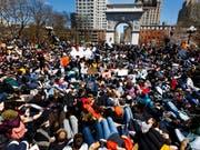 In den USA gingen wie hier in New York am Freitag tausende Schüler auf die Strasse, um gegen die laschen Waffengesetze in ihrem Land zu protestieren. (Bild: KEYSTONE/EPA/JUSTIN LANE)