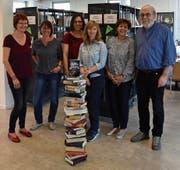 """Das Buch """"Tod auf dem Klangweg"""" soll wie hier bei den Organisatoren des Lesefestivals 2018 möglichst oft zuoberst auf dem Bücherstapel zu liegen kommen."""