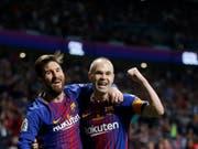 Andres Iniesta (rechts) und Lionel Messi freuen sich über einen weiteren Cupsieg (Bild: KEYSTONE/AP/PAUL WHITE)