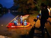 Rettungskräfte suchen nach dem Bootsunfall nach verunfallten Personen. Das Unglück passierte beim Training für die jährlichen Rennen zum Drachenbootfest. (Bild: KEYSTONE/AP CHINATOPIX)